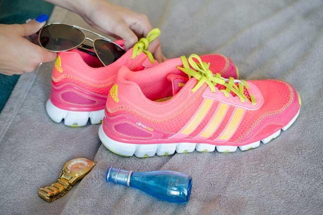 3. Hãy cho những đồ dễ vỡ vào giày thể theo khi đi du lịch.
