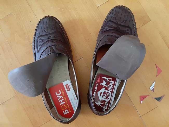 8. Nếu đôi giày khiến bạn khó chịu khi di chuyển thì hãy để tấm thẻ nhựa dưới đế