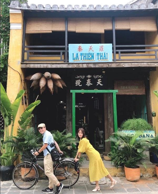 Hội An vốn nổi tiếng với nhiều quán nước khá hay ho. Và tiệm trà trên đường Nguyễn Thái Học là một trong những quán thu hút sự chú ý của du khách nhờ không gian lý tưởng để nghỉ chân sau khi dạo phố.
