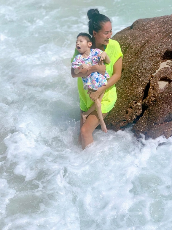 3.Diễn viên Minh Cúc 'Về nhà đi con' kể về hành động ấm áp của bạn trai với con gái riêng của mình khi đi du lịch1