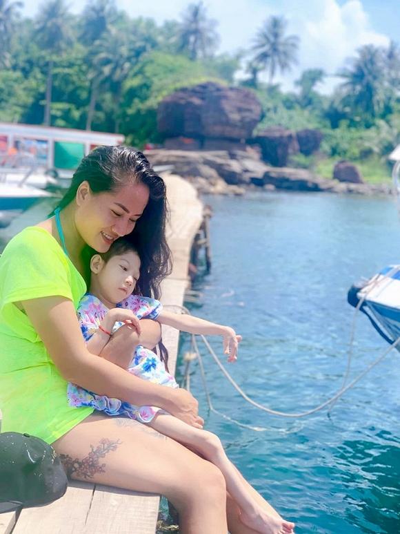 3.Diễn viên Minh Cúc 'Về nhà đi con' kể về hành động ấm áp của bạn trai với con gái riêng của mình khi đi du lịch4