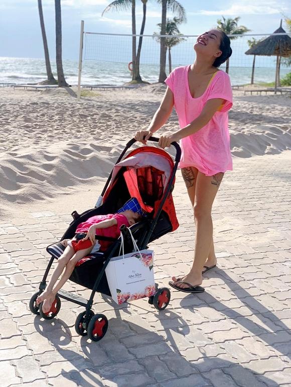 3.Diễn viên Minh Cúc 'Về nhà đi con' kể về hành động ấm áp của bạn trai với con gái riêng của mình khi đi du lịch8
