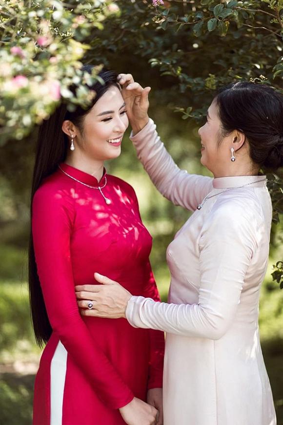 Mẹ Ngọc Hân hiếm hoi xuất hiện bên con gái