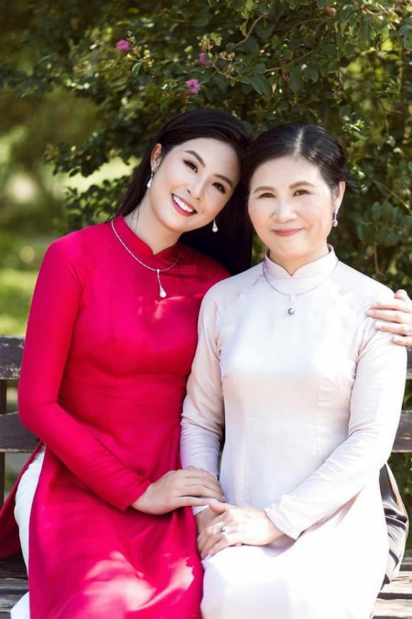 Ngọc Hân may tặng mẹ bộ áo dài nhân ngày vu lan