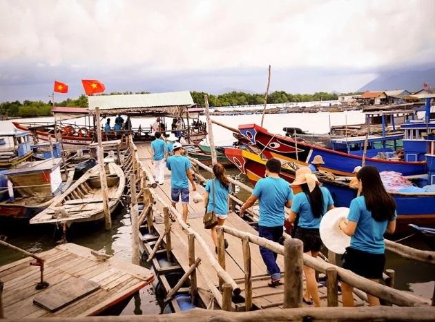Làng bè - những nhà hàng nổi - chuyên bán các món hải sản tươi bắt ngay tại quán là điểm hút khách ở Long Sơn. Bạn phải di chuyển bằng tàu miễn phí đến nhà hàng. Do đó, nên kiểm tra thời tiết trước khi đi cho chắc ăn.