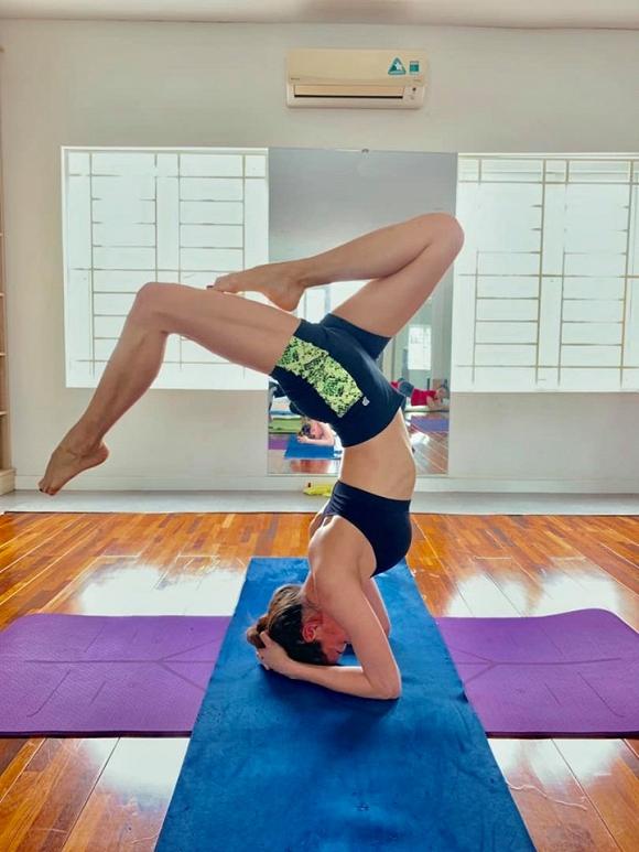4.Khoe thân hình săn chắc với tư thế yoga cực đỉnh, Hà Hồ tiết lộ bí quyết trẻ mãi không già
