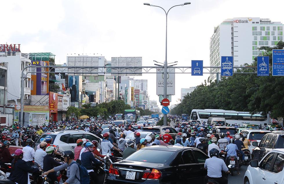 Ùn tắc xe máy chiều 12-8 trên đường Cộng Hòa, Q.Tân Bình, TP.HCM - Ảnh: NGUYỆT NHI