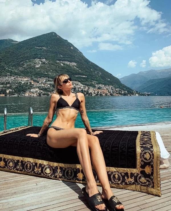 Ngoài pilates, Miley còn 'cuồng' tập yoga, đặc biệt là Ashtanga - trường phái yoga cổ tập trung vào việc thống nhất hơi thở với các chuyển động cơ bắp, từ đó tăng cường lưu thông khí huyết, giải tỏa căng thẳng. Có thời điểm Miley dành đến 6 buổi tập yoga mỗi tuần với 2 giờ mỗi buổi.