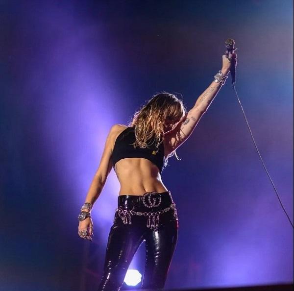 Chế độ tập luyện của Miley rất chú trọng vào phần core - khu vực gồm bụng, hông lưng dưới - giúp vòng hai không chỉ săn chắc mà còn dẻo dai, làm nền tảng sức mạnh cho các bộ phận khác trên cơ thể. Khi không tập luyện, Miley thường tranh thủ dắt chó đi dạo hoặc tham gia các chuyến đi bộ đường dài.