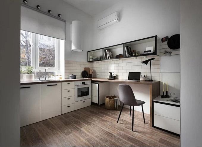 Các khu vực chức năng trong căn hộ được sắp xếp quanh tường để tạo không gian mở cho việc di chuyển và một khoảng trống chính giữa. Tông màu trắng được kết hợp với các chi tiết bằng gỗ và nội thất màu đen giữ cho tổng thể không bị rối.