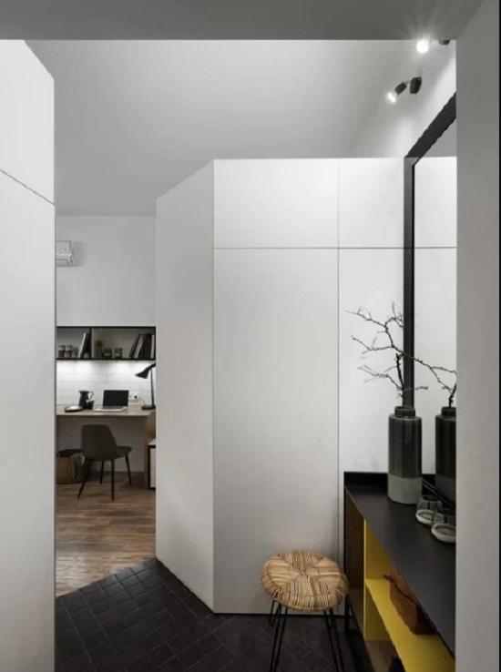 Lối vào nhà được tận dụng làm chỗ thay đồ.