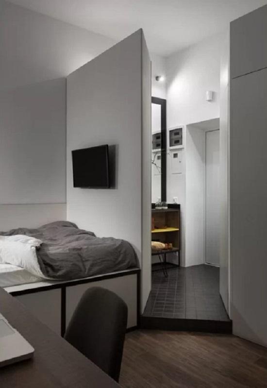 2 tủ quần áo được bố trí 2 bên lối vào. Một tủ che chắn phòng ngủ để người ngoài không nhìn thấy giường ngủ, tủ còn lại ngăn cách với phòng tắm.