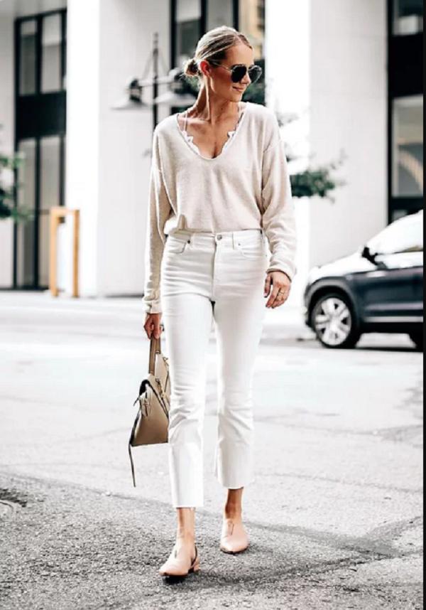 Set đồ cho các nàng yêu phong cách tối giản với lối kết hợp giữa áo dệt kim mỏng đi cùng jeans tông màu sáng, túi xách tay và giầy đế bệt tiện dụng.