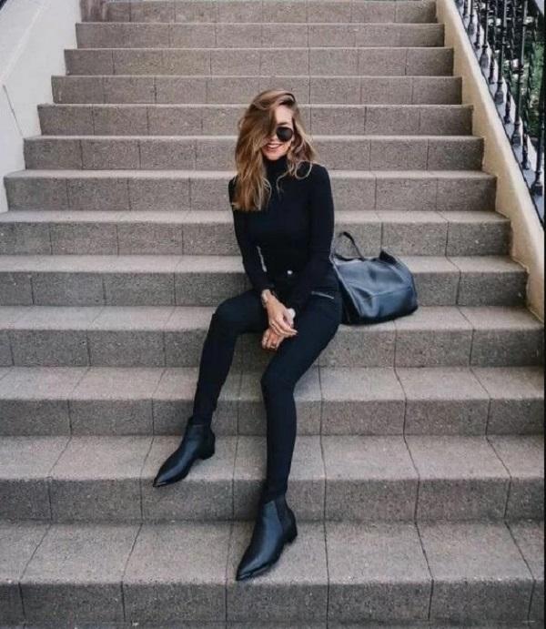 Set đồ all black vừa cá tính vừa tôn nét sexy cho người mặc nhờ cách phối áo ôm sát cùng quần jeans skinny. Phụ kiện đi kèm là túi da và bốt cổ thấp ton-sur-ton.