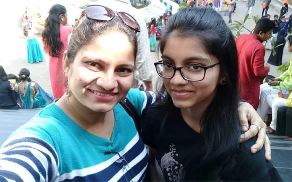 Diễn viên Ấn Độ Pradnya Parkar và con gái