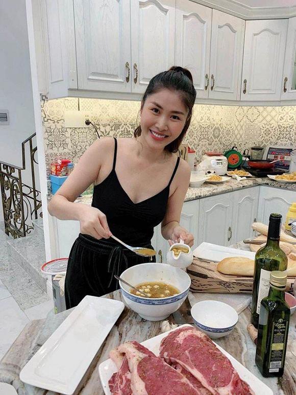 """Bà xã Đăng Khôi trong căn bếp """"nhỏ""""."""