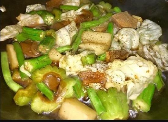 Bước 3: Phi thơm hành tím, cho phần khổ qua, cải trắng, đậu que vào đảo trước rồi cho những loại còn lại vào. Cho thêm 1/2 chén nước, nước tương, đường nêm có vị mặn ngọt là được. Bước 4: Xào đến khi rau củ chín tới thì tắt bếp. Cho rau ra đĩa, thêm tiêu ngò lên mặt. Ăn cùng cơm trắng.