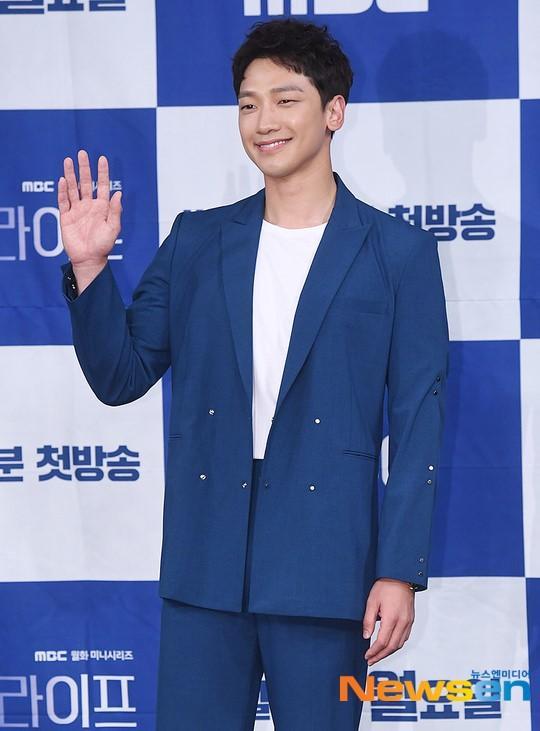 """Ông xã Kim Tae Hee tại buổi họp báo """"Welcome 2 Life""""."""