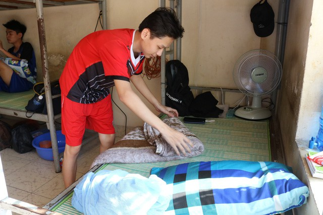Nguyễn Tiến Đạt, tân sinh viên trường ĐH Công nghệ Thông tin tự sắp xếp chỗ ở và đồ đạc cho mình - Ảnh: NGUYỆT NHI