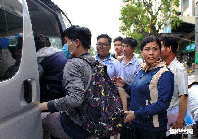 Trường ĐH Sư phạm Kỹ thuật sắp xếp một xe đưa đón tân sinh viên từ bến xe Miền Đông về trường để đăng ký nhập học - Ảnh: THANH YẾN