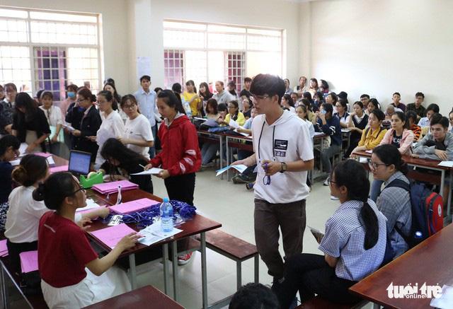 Tân sinh viên làm thủ tục nhập học tại Trường ĐH KHXH&NV - ĐHQG TP.HCM - Ảnh: NGUYỆT NHI