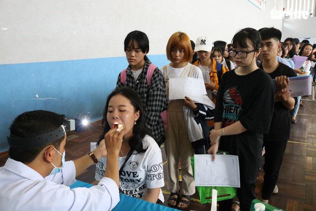 Khám sức khỏe là khâu quan trọng trong thủ tục nhập học của sinh viên - Ảnh: NGUYỆT NHI