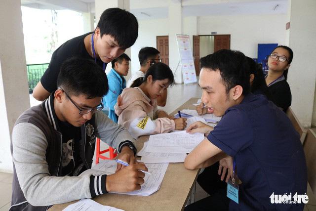 Tân sinh viên làm thủ tục tạm trú tại KTX khu A ĐHQG TP.HCM - Ảnh: NGUYỆT NHI
