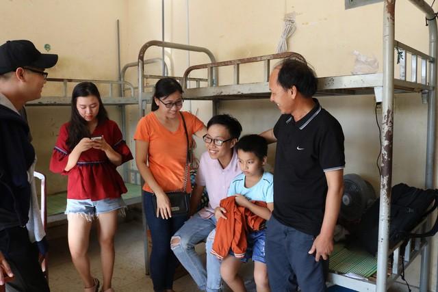 Ông Nguyễn Đức Luyện (phải) cùng cả gia đình bay từ Huế vào TP.HCM để làm thủ tục nhập học cũng như sắp xếp chỗ ở cho con trai - Ảnh: NGUYỆT NHI