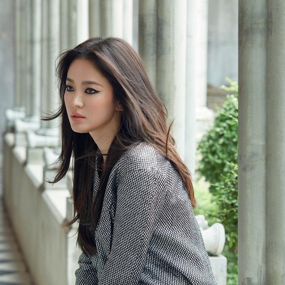 64.Song Hye Kyo 'lột xác' với hình ảnh quý cô cá tính, đầy gợi cảm hậu ly hôn Song Joong Ki2