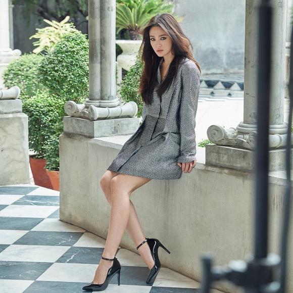 64.Song Hye Kyo 'lột xác' với hình ảnh quý cô cá tính, đầy gợi cảm hậu ly hôn Song Joong Ki4