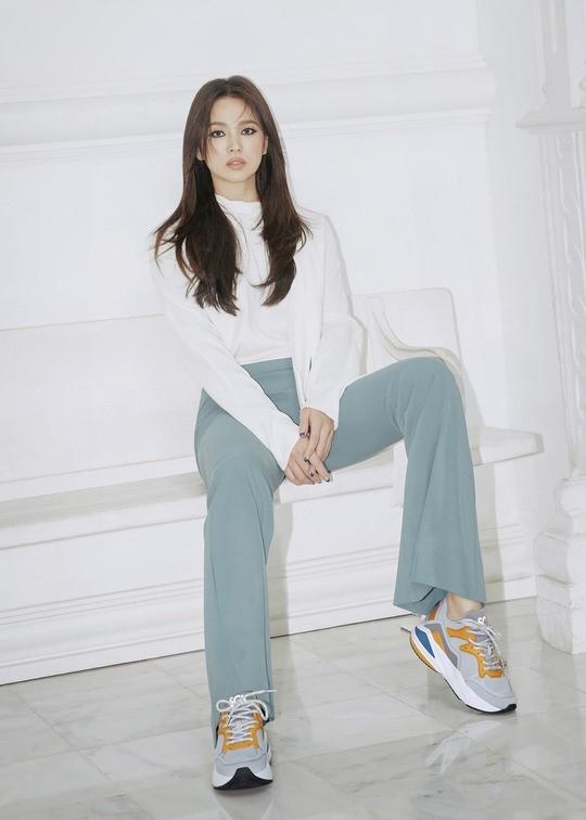 64.Song Hye Kyo 'lột xác' với hình ảnh quý cô cá tính, đầy gợi cảm hậu ly hôn Song Joong Ki7