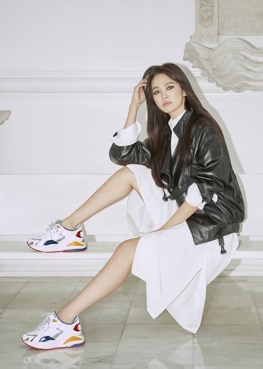 64.Song Hye Kyo 'lột xác' với hình ảnh quý cô cá tính, đầy gợi cảm hậu ly hôn Song Joong Ki8