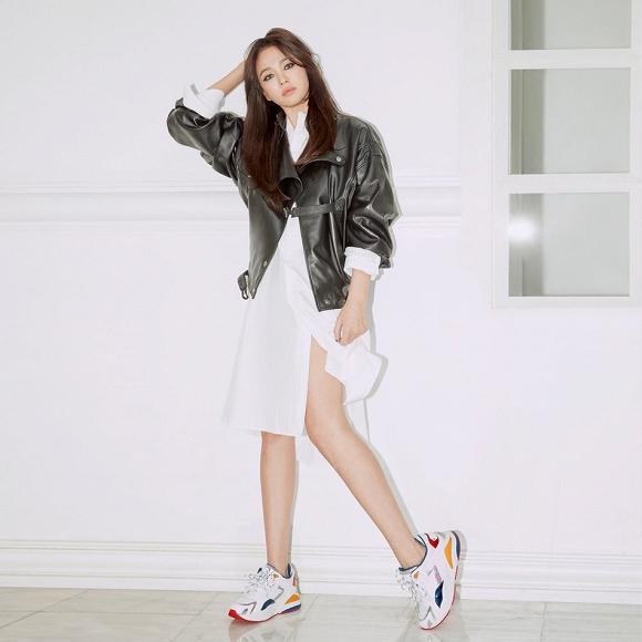 Nữ diễn viên Song Hye Kyo gây dựng hình tượng mạnh mẽ bằng kiểu trang điểm đậm, tạo dáng gợi cảm toát lên thần thái của 1 người phụ nữ độc thân đáng tự hào.