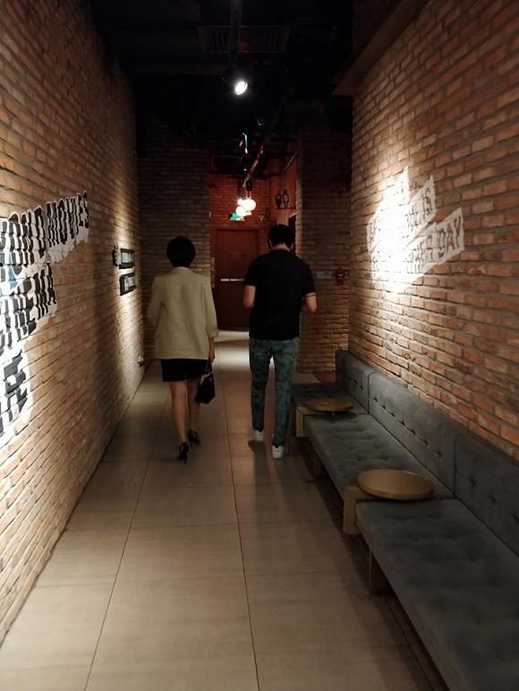Bức ảnh được cho là Tim và Đàm Phương Linh đi xem phim cùng nhau do một cư dân mạng chụp lại