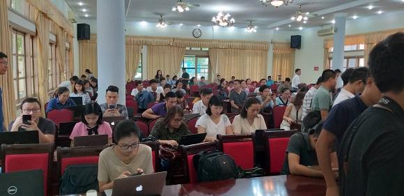 Rất nhiều cơ quan báo chí có mặt tại UBND quận Cầu Giấy.