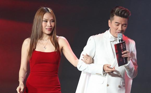 Khoác tay tình tứ với Mỹ Tâm, Đàm Vĩnh Hưng bỏ rơi nàng hậu Tiểu Vy trên sân khấu