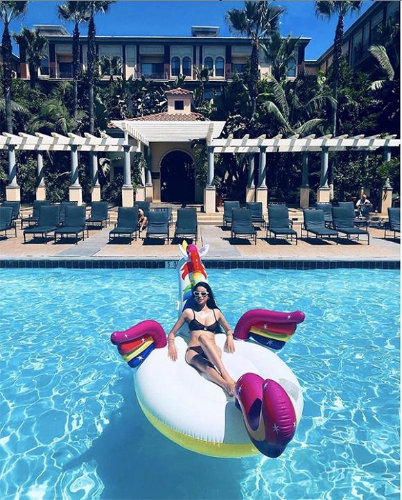 Phạm Hương liên tục đăng ảnh diện bikini nóng bỏng và cả ảnh bán nude cuốn hút
