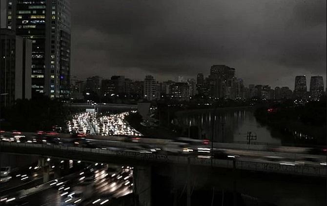 """Rừng Amazon đã bắt đầu âm ỉ cháy từ 3 tuần trước. Khói và mây đen đã bao phủ đến tận thành phố Sao Paulo, cách đó hơn 3.000 km. Những hình ảnh được ghi lại tuần trước ở thành phố này khiến người ta liên tưởng đến """"ngày tận thế"""" đang tới gần."""