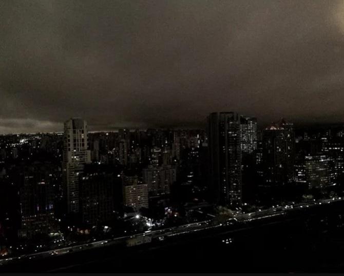 Một góc khác ở Sao Paulo, tình trạng còn tồi tệ hơn khi không nhìn rõ những đám mây, chỉ thấy một màu đen bao phủ như ban đêm.