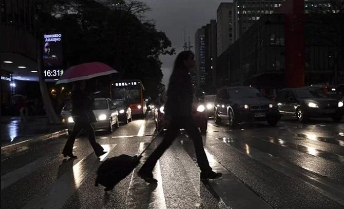 Mới 16h30 mùa hè nhưng mọi phương tiện trong thành phố đã phải bật đèn chiếu sáng. Cửa hàng, cửa hiệu, các trung tâm thương mại đều phải bật đèn cả ngày để đảm bảo an toàn cho người đi đường.