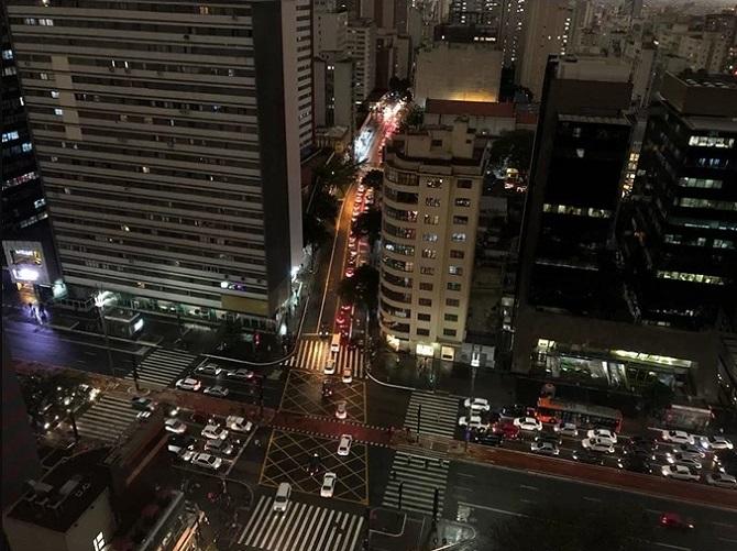 Sao Paulo là thủ phủ của bang Sao Paulo ở phía đông nam Brazil, cách Rio de Janeiro 400 km và cách thủ đô Brasília 1.030 km. Đây là thành phố lớn nhất của Brazil với diện tích 1.523 km2, dân số hơn 11 triệu người, đồng thời cũng là thành phố đông dân nhất ở Nam bán cầu. Ảnh hưởng của vụ cháy rừng cách đó 3.300 km cũng ảnh hưởng ít nhiều đến sinh hoạt của thành phố, đặc biệt giao thông.