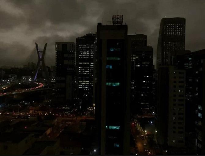 Du khách và người dân ở thành phố này được khuyến cáo đeo khẩu trang khi ra đường. Những người có vấn đề về hô hấp tốt nhất không nên đến Sao Paulo thời gian này.