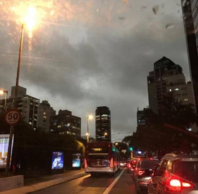 Trong một cuộc phỏng vấn với tờ Folha De S. Paulo, nhà khí tượng học Franco Nadal Villela cho biết hiện tượng trời đất tối sầm là do bụi mịn từ đám cháy rừng Amazon, gặp khí lạnh từ phía đông Sao Paulo tạo thành.