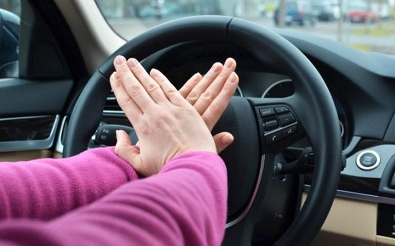 Hãy chỉ cho con cách bấm còi xe. Dù xe có tắt máy, rút khóa điện thì còi xe vẫn luôn hoạt động do sử dụng nguồn điện trực tiếp từ Accu. Phải luôn nhắc nhở cho con nhớ nếu lỡ bị bỏ quên trên xe thì hãy lên vô lăng và bấm còi để gây sự chú ý và cầu cứu mọi người xung quanh.