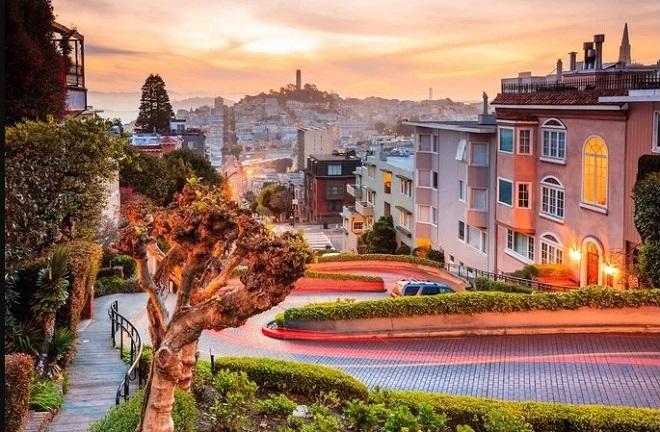Lombard cũng là một trong những điểm ngắm thành phố khá đẹp khi bạn đứng từ trên đỉnh dốc. Chính vì thế mà giá nhà ở đây rất cao. Tháng 10/2018, một căn nhà được định giá 45 triệu USD, phá vỡ kỷ lục bất động sản của San Francisco.