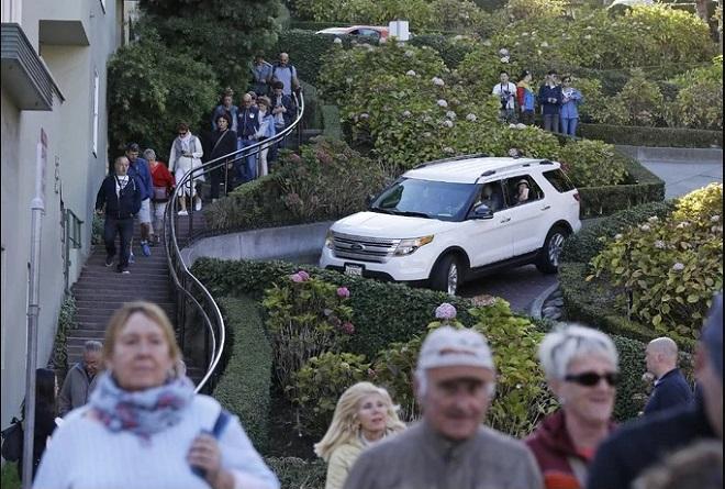 Theo thống kê, trung bình 6.000 du khách ghé thăm đường Lombard mỗi ngày vào mùa hè. Bên cạnh đó, nhiều người muốn trải nghiệm lái xe gây tình trạng tắt nghẽn, ảnh hưởng đến dân địa phương. Vì thế, một đề xuất thu phí người lái xe với mức 5 USD/người (khoảng 115.000 đồng) đưa ra hồi tháng 4/2019 và đang chờ được thông qua.