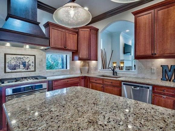 Khu bếp và vệ sinh rộng rãi, sạch sẽ với vật dụng, thiết bị cao cấp
