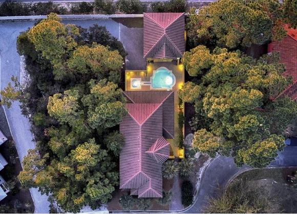Không gian bên ngoài và nhìn từ trên cao của căn biệt thự ven biển do vợ chồng Hồng Ngọc sở hữu