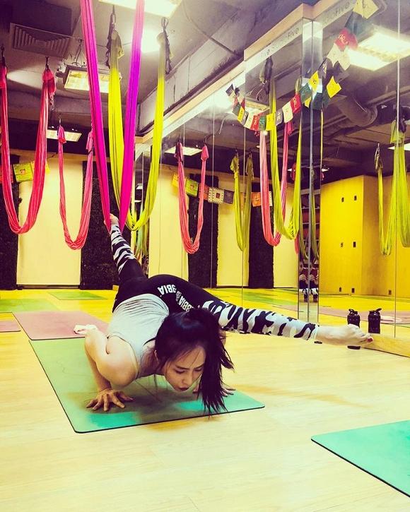 Ngoài ra, Quỳnh Nga còn tập bộ môn yoga bay, hay yoga lụa.