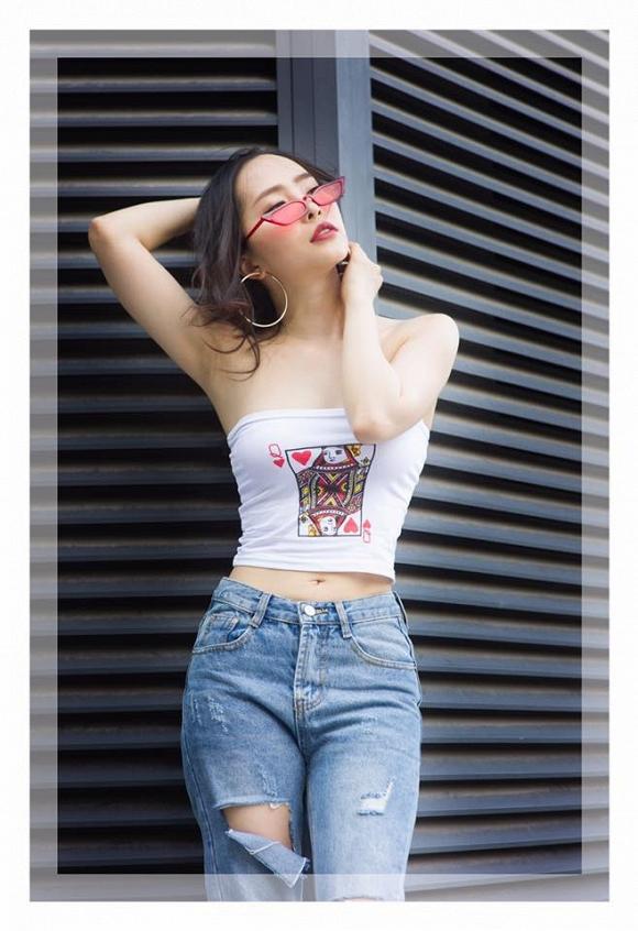 Quỳnh Nga thường xuyên chọn những trang phục khoe vòng eo 55cm.